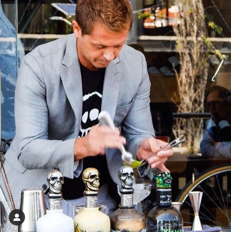 David hace un cocktail con tequila