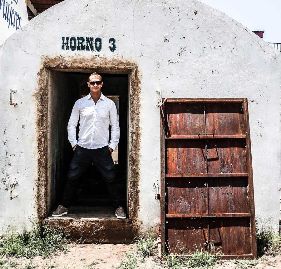David Rios a la puerta de un horno de agave